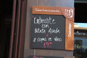 Entrecôte con patata asada y dos cops de vino 19€