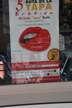 En lugar bien visible estaba el cartel de participante en el concurso de la tapa erótica
