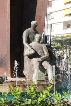 Monumento a la constitución, el entorno, sobre todo los chorros de agua dulcifican los rasgos