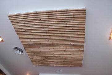 El techo tiene cañas, que supongo tienen una doble acción: decorativa y eliminadora de ecos