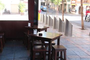 "Mesas en la terraza de ""La Taberna del Pintxo"""