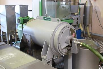 Centrifugadora, por la tubería verde sale el aceite