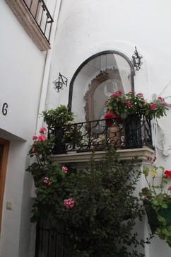 Callejeando por sus calles blancas con tiestos en los balcones