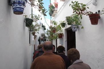 Los turistas pasean por esatas callejuelas