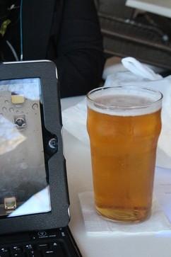 Cerveza Alhambra --excelente--. A la izquierda el iPad con el que estábamos escribiendo estas notas a través del excelente WiFi de la cafetería