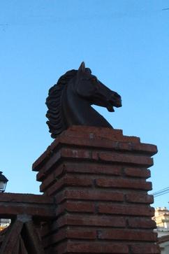 Bonito caballo de cerámica cromada en la calle Santa Gema