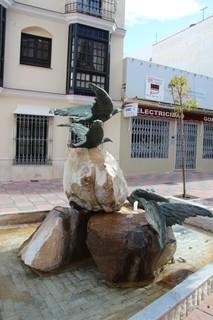 Plaza fuente con aves