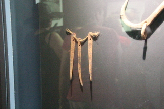 A la izquierda del bichero, las agujas para coser o reparar redes