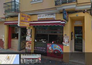 """Foto basada en street view de Google. Observen el la columna del centro y en la derecha, el póster de participante en """"La Cazuela de la Abuela"""""""