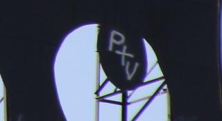 No, no pone Ptv (Portugal televisión) sino P+V [Patri+Valle]