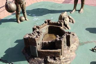 Escultura niños jugando. Paseo Marítimo. Detalle del castillo de arena que están haciendo: es castillo de Sohail