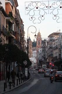 Al fondo la Real Colegiata de San Sebastián, probablemente el monumento más emblemátco de la ciudad