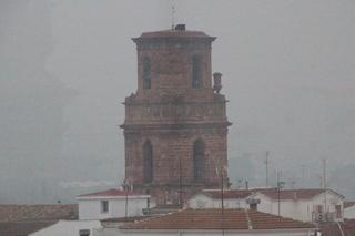 Nos acercamos: Al fondo la torre de la iglesia de San Bartolomé