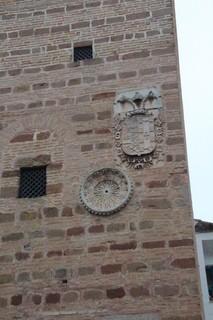Reloj solar y escudo de