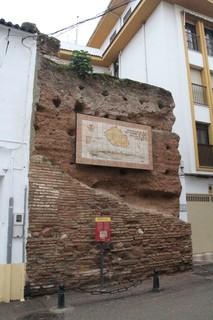 Restos de la muralla, el rectángulo es un mapa de las murallas