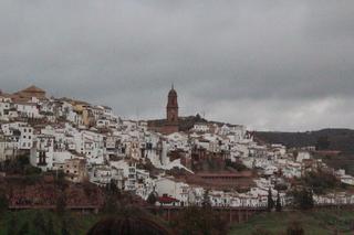 El barrio que está sobre la colina. Destacan sus casas blancas y la torre de la iglesia de San Bartolomé, del siglo XV
