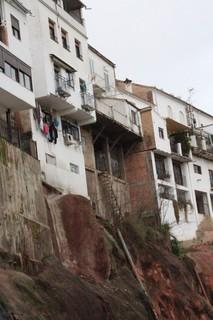 ¿No se parecen a las casas colgantes de Cuenca? Observen las tuberias de desague que van desde las casas al río