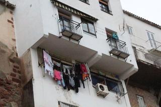 La ropa tendida y el equipo de aire acondicionado