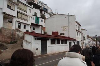 El edificio blanco, a pie de carretera, con tejado rojo es una forja.