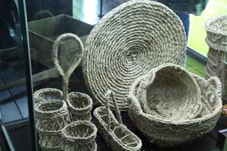 Capachos para el trasporte de la aceituna, cestas de botellas de aceite y filtro para separar el aceite el orujo