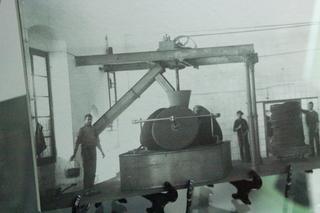 Foto de cómo era el molino aceitero, con tres piedras de moler cónicas.