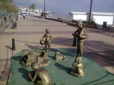 Escultura niños jugando. Paseo Marítimo