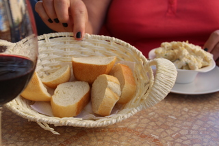 Rioja, pan, ensaladilla