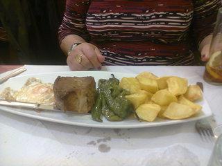 De izquierda a derecha: huevo, lomo, pimientos, patatas