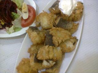 Bacalao frito. Vean arriba a la derecha la mayonesa.