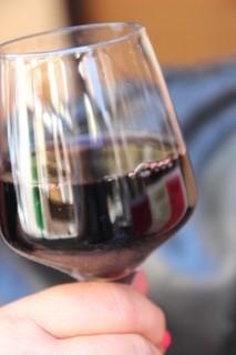 "Rioja ""Marques de Cáceres"". Criando en barrica, con tonos a roble y a cuero. (2,5 €)"