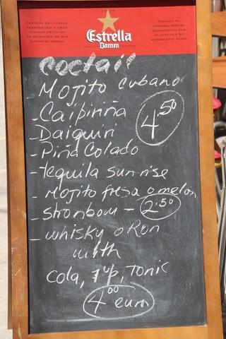 Un ejemplo de lo que ofrecen: Mojito cubano o Caipirinha, o Daiquiri i Piña Colada 4,5€