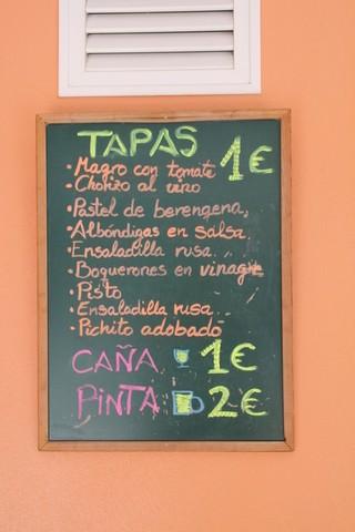 Hay tapas de 1€. Caña 1€ y pinta 2€
