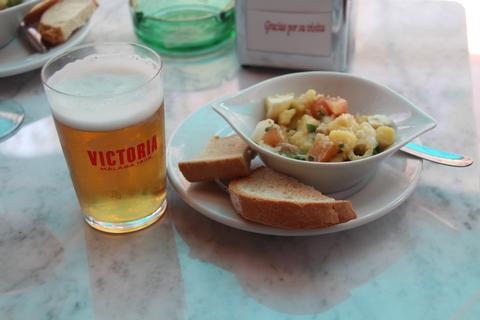 La caña y plato con la tapa de ensalada campera