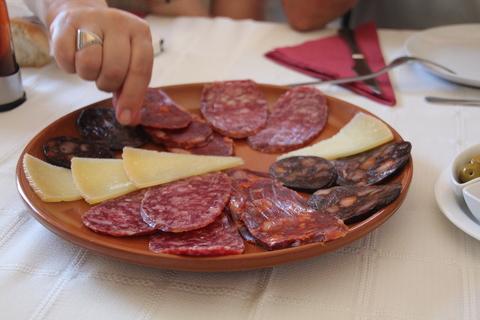 De entrada unos entremeses: salchichón, morcilla, queso...