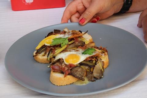 Dos pinchos de 1,50€: sustrato de pan blanco, queso camembert, setas, arriba huevo frito