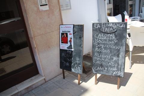 A la derecha, las tapas. A la izquierda el cartel del flamenco los sábados a las 20:00 y la indicación de que el Menú del día son 8€