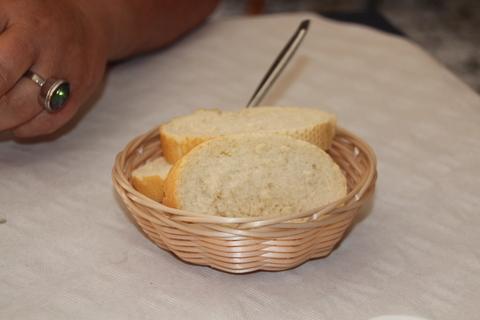 bandeja con pan y cubierto