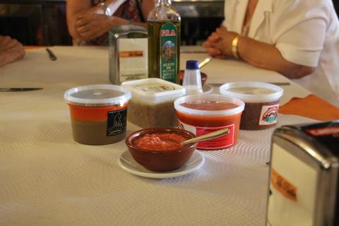 Tomate picado, zurrapa, zurrapa de chorizo, zurrapa de salchichón, aceite de oliva...