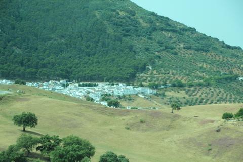 """Al fonod, en el valle, El Gastor. Visto desde aquí se va porque es un """"pueblo blanco""""."""