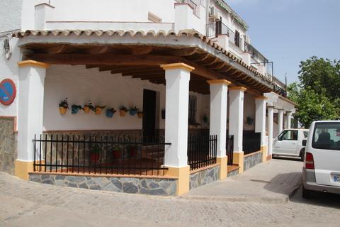 Una casa el pueblo adornada con sus geranios