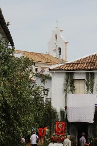 Al fondo, la torre de la iglesia de San José de donde sale la procesión