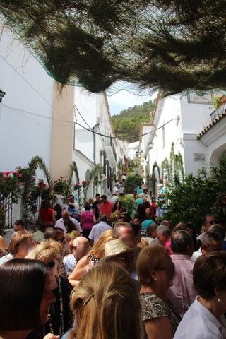 Cientos de personas siguen la procesión.