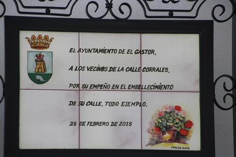 la calle Corrales está espcialmente embellecida y el ayuntamiento da las gracias a los vecinos
