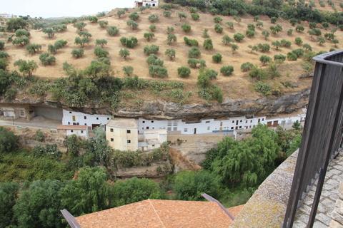Empezamos a ver las casas alargadas construidas en el tajo
