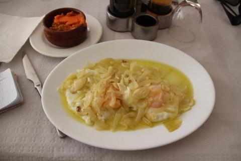 La especialidad: huevos fritos con cebolla frita sin pochar