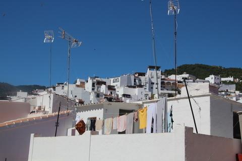 Las antenas de televisión delatan que se trata de un pueblo moderno, por lo demás bien podría ser una aldea mulsumana