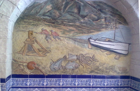 Pescadores tirando de la barca y en primer plano algunos de los peces y mariscos que ofrece el restaurante