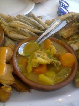 Puchero con pollo, patatas, zanahoria