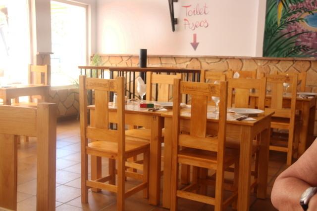 Las mesas de tipo rústico del local