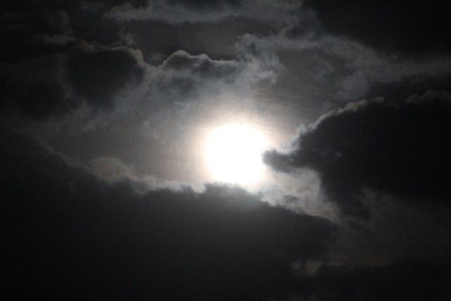 Luna casi llena (la luna llena será el 2 de julio) fotografiada desde Fuengirola el 1 de julio de 2015